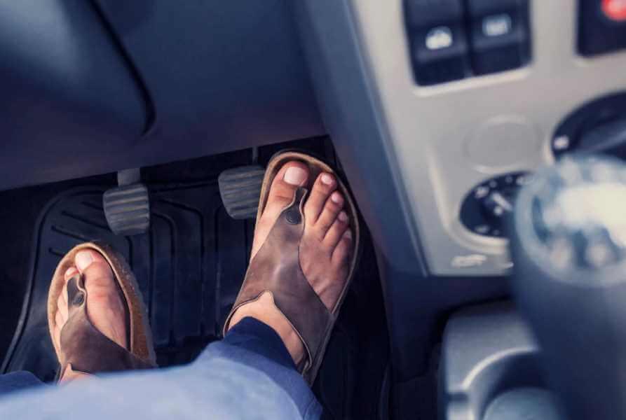 Почему нельзя садиться за руль в кедах или кроссовках