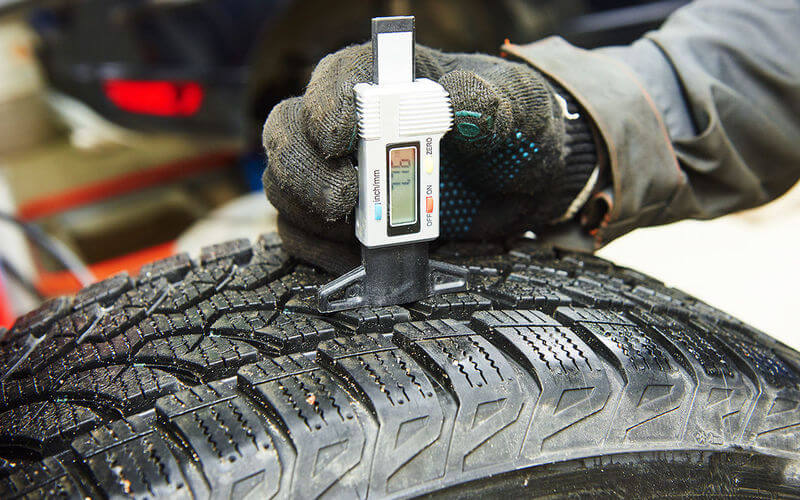 Чим виміряти протектор шин і як використовувати це значення
